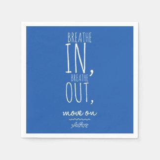 Atmen Sie atmen herein heraus weißes inspirierend Papierserviette