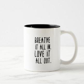 Atmen Sie es herein. Liebe es heraus Zweifarbige Tasse