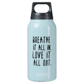Atmen Sie es herein u. Liebe es heraus Trommel Isolierte Flasche
