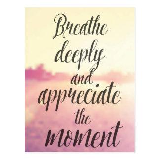 Atmen Sie tief und schätzen Sie den Moment Postkarte