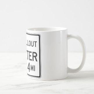 Atombunker-Straßenschild Kaffeetasse
