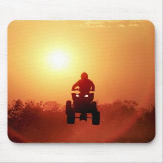 ATV, das am Sonnenuntergang springt Mousepad