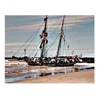 Auf den Strand gesetzter Schooner Postkarte