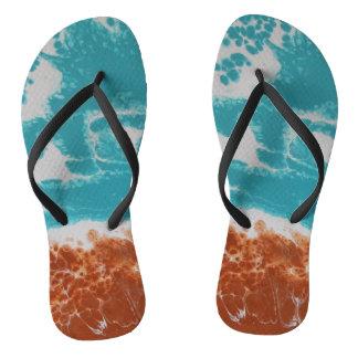 Auf den Strand gesetztes Bro Flip Flops
