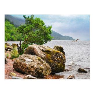 Auf den Ufern von Loch Ness mit dem Monster Postkarte