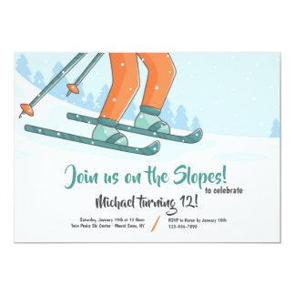 Auf der Steigungs-Ski fahrenden Einladung