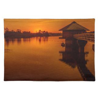 Auf goldenem Teich Stofftischset