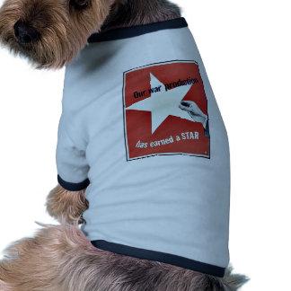 Auf Krieg hat Produktion einen Stern erworben Haustier T-shirt