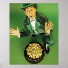 Aufgeregter Kobold mit Goldschatz Poster