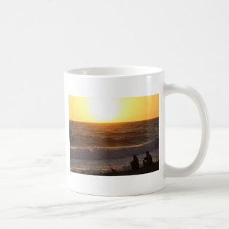 Aufpassen des Sonnenuntergangs Kaffeetasse