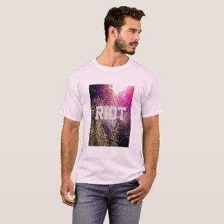 Aufstand mit dem grundlegenden T - Shirt
