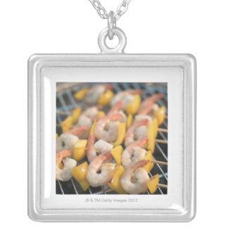 Aufsteckspindel mit gegrillten Garnelen und Halskette Mit Quadratischem Anhänger