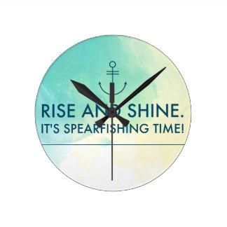 Aufstieg und glänzen es ist Spearfishing Zeit Runde Wanduhr