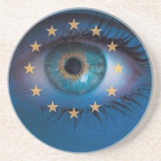Auge schaut durch Europa-Flaggenhintergrundkonzept Untersetzer
