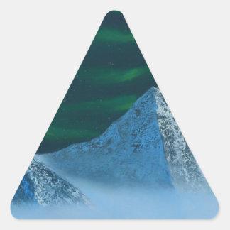 Aurora Borealis über Snowy-Bergen Dreieckiger Aufkleber