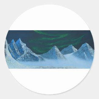 Aurora Borealis über Snowy-Bergen Runder Aufkleber