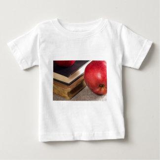 Ausführliche Nahaufnahmeansicht der roten Äpfel Baby T-shirt
