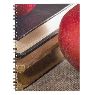 Ausführliche Nahaufnahmeansicht der roten Äpfel Notizblock