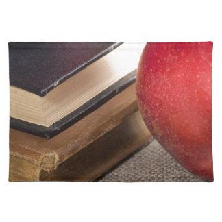 Ausführliche Nahaufnahmeansicht der roten Äpfel Stofftischset