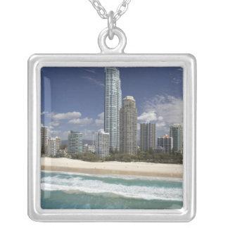 Australien, Queensland, Gold Coast, Surfer Versilberte Kette