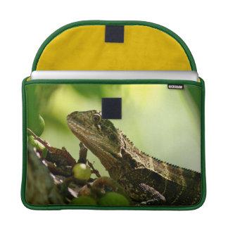 """Australische Eidechse, die zwischen Blätter, 13"""" Sleeve Für MacBooks"""