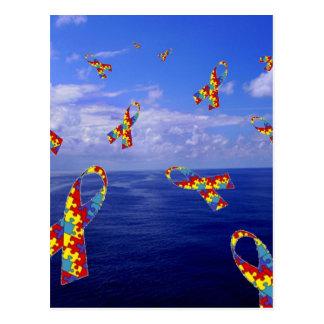 Autismus-Bewusstseins-Bänder, die über das Meer Postkarte