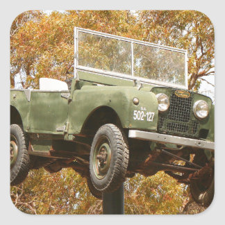 Auto auf einem Pfosten, Keith, Australien Quadratischer Aufkleber