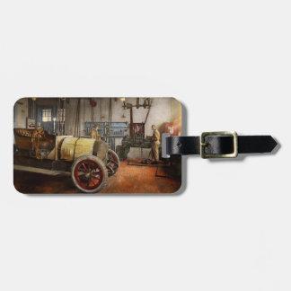 Auto-Mechaniker - die Überholung 1915 Kofferanhänger
