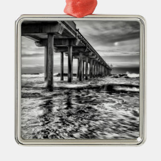 B&W Pier an der Dämmerung, Kalifornien Quadratisches Silberfarbenes Ornament