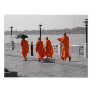 B&W thailändischer buddhistische Mönch-gehender Fotodruck