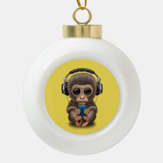 Baby-Affe mit Kopfhörern und Handy Keramik Kugel-Ornament