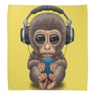 Baby-Affe mit Kopfhörern und Handy Kopftuch
