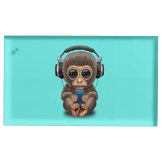 Baby-Affe mit Kopfhörern und Handy Tischnummernhalter