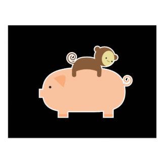 Baby-Affe-Reiten auf einem Schwein Postkarte
