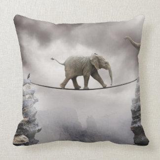 Baby-Elefant-Wege das Drahtseil Kissen