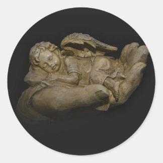 Baby-Engels-Flügel, die in der Hand schlafen Runder Aufkleber
