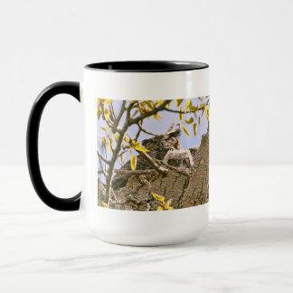 Baby-Eulen und Mutter-Eule in einem Nest Tasse