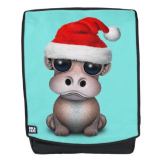 Baby-Flusspferd, das eine Weihnachtsmannmütze Rucksack