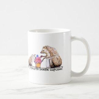 Baby-Igel mit creepy crawly kleinem Kuchen Kaffeetasse