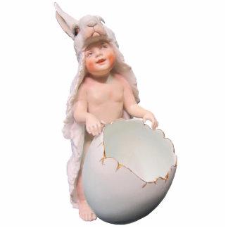 Baby in einer Häschen-Kostüm-Skulptur Freistehende Fotoskulptur