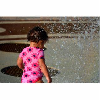 Baby in Rosa eins sie im Brunnen Freistehende Fotoskulptur