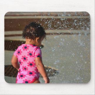 Baby in Rosa eins sie im Brunnen Mousepad