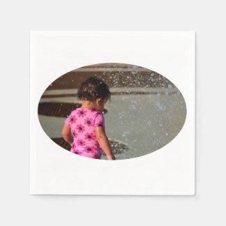 Baby in Rosa eins sie im Brunnen Papierservietten