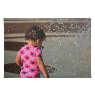 Baby in Rosa eins sie im Brunnen Tisch Set