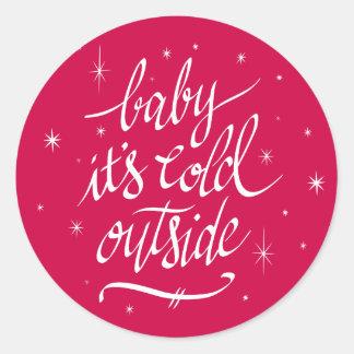 Baby ist es kalte Außenseite im Rot Runder Aufkleber
