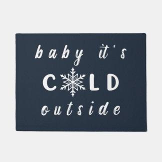 Baby ist es kalte äußere Feiertags-Fußmatte Türmatte