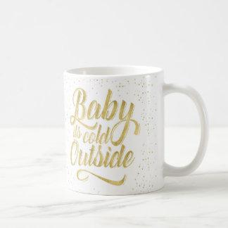 Baby ist es kalte äußere Tasse mit Schnee