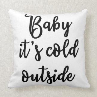 Baby ist es kaltes äußeres Kissen