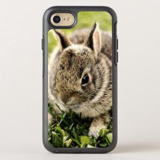 Baby-Kaninchen auf Gras OtterBox Symmetry iPhone 8/7 Hülle