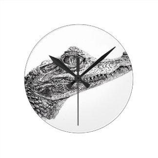 Baby-Krokodil-Tinten-Zeichnen Runde Wanduhr